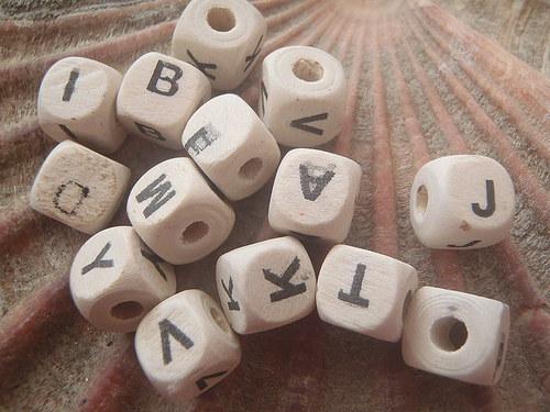 Dřevěné kostičky s písmenky