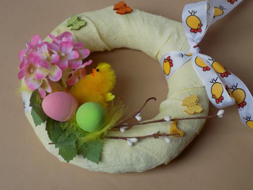 Jarní věneček a dvě kuřátka