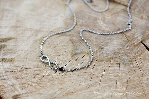 Infinity náhrdelník z chirurgické oceli s granátem
