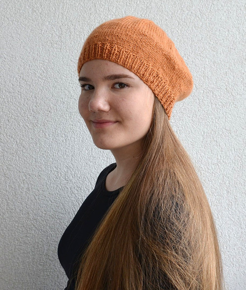 Decentní pletený baret v medové