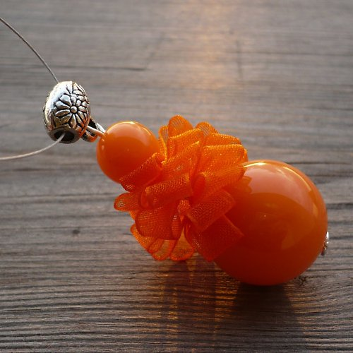 Oranžová pompadůrka - náhrdelník