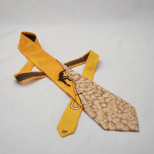 Hedvábná kravata s horolezcem oranžovo-hnědo-béžov