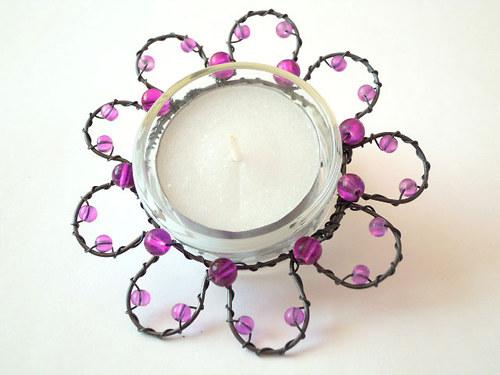 Kytičkový svícínek s fialovými korálky