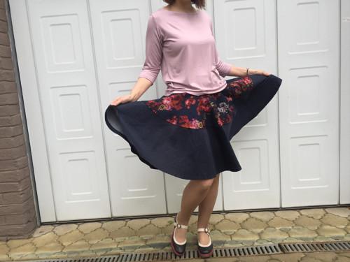 Kolová sukně modrá s květy/drobným puntíkem