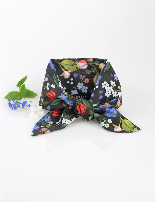 Elegantná čierna kvetinová šatka pre pôvabné dámy