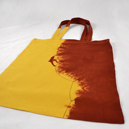 Žluto-vínová batikovaná taška s horolezcem