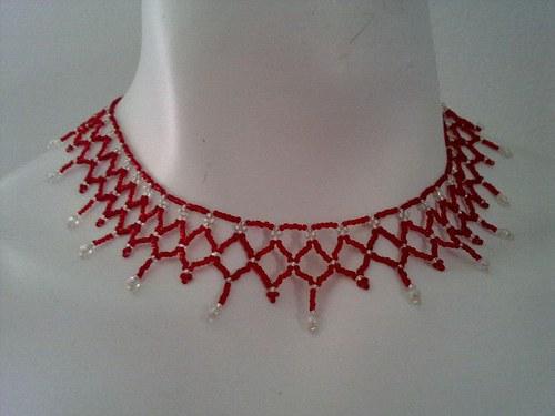 Náhrdelník z červených a stříbrných korálků