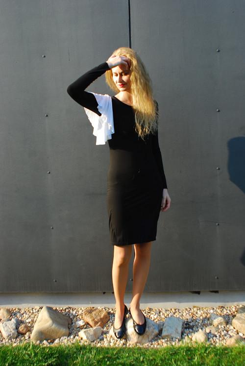 Šaty s kontrastním volánem