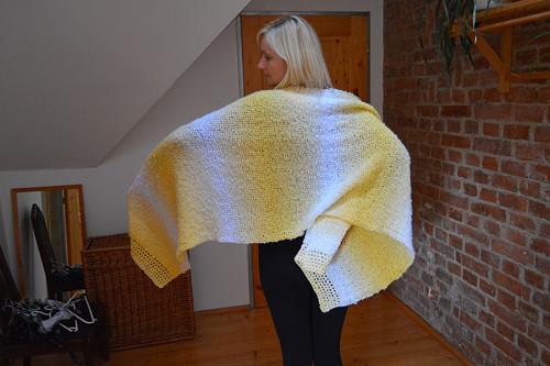 dlouhý bíložlutý šál