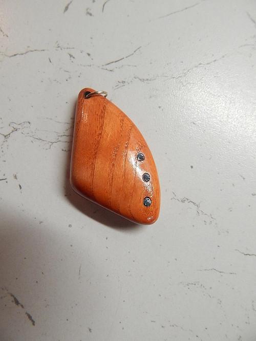 Přívěsek z jasanového dřeva s vloženými  šatonky