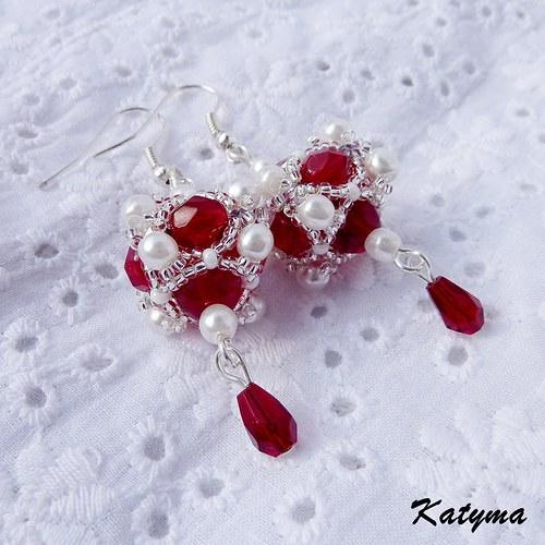 Červené náušnice s bílými perličkami
