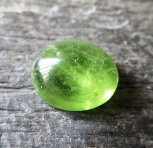 Přírodní olivín -  kabošon 2