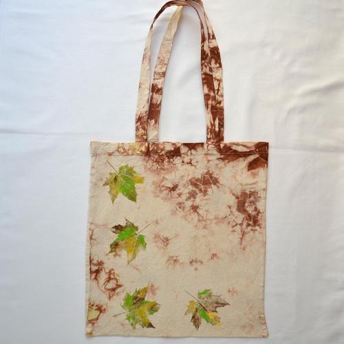 Přír.bílá plátěná taška s hnědou batikou a listy