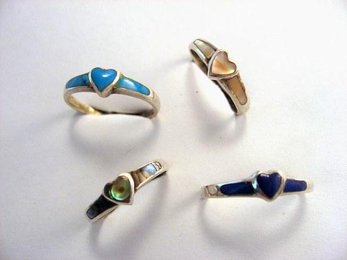 Coloured hearts: prsten stříbr.kámen nebo perleť.