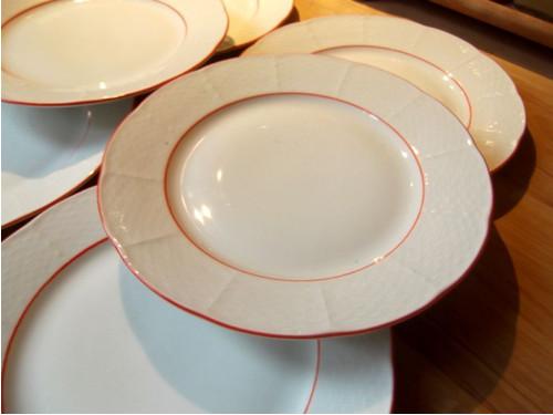 Desertní talíře s červenou linkou