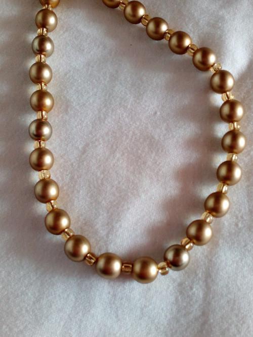 sada tmavě zlaté perličky