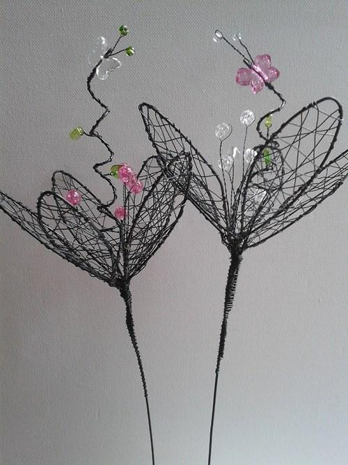 na květině motýl