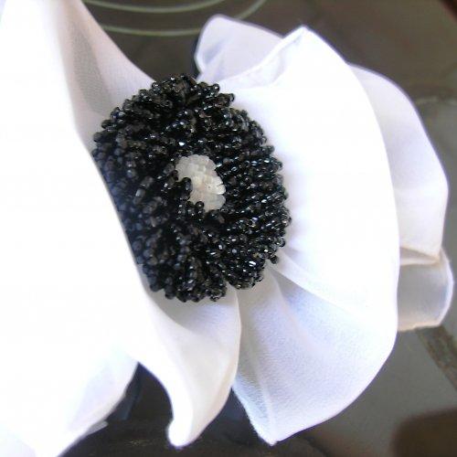 Černo-bílá korálková brož
