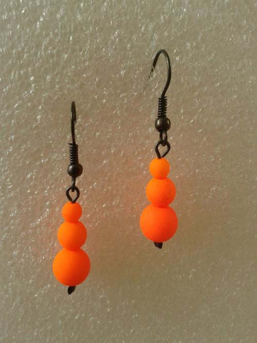 Oranžové náušnice s UV efektem na černém drátku