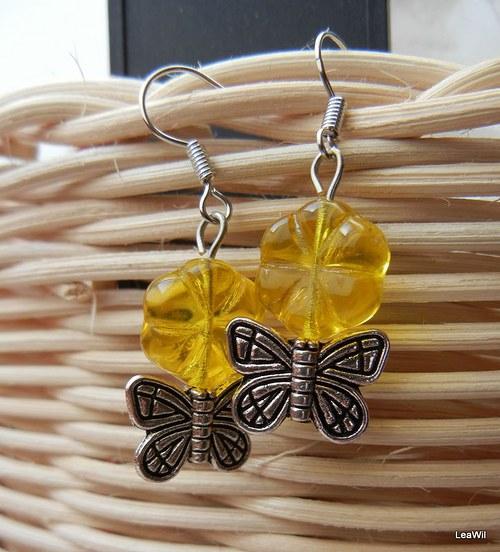 Motýlek na žluté květině