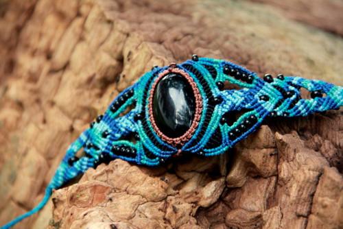 Modročerný makrame náramek s obsidiánem