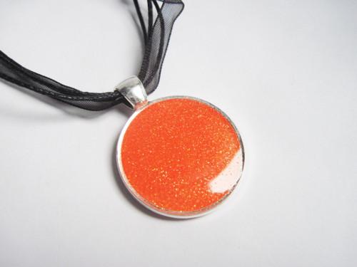 Oranžový třpytivý náhrdelník