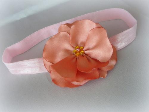Čelenka s lososovým květem.
