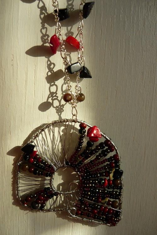 Drátkovaný náhrdelník Ulitka noční