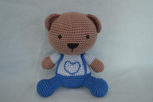 Háčkovaný medvídek v modrých kalhotách