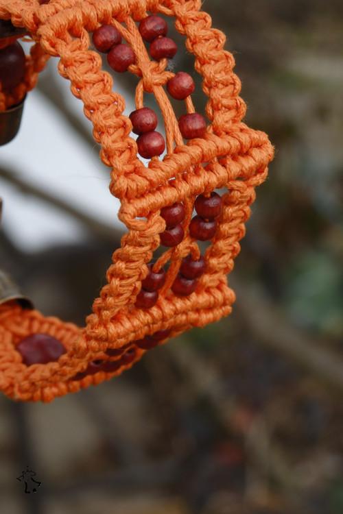 Zářivě oranžový drhaný náramek s korálky