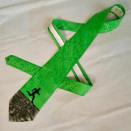 Zeleno-černá hedvábná kravata s běžcem