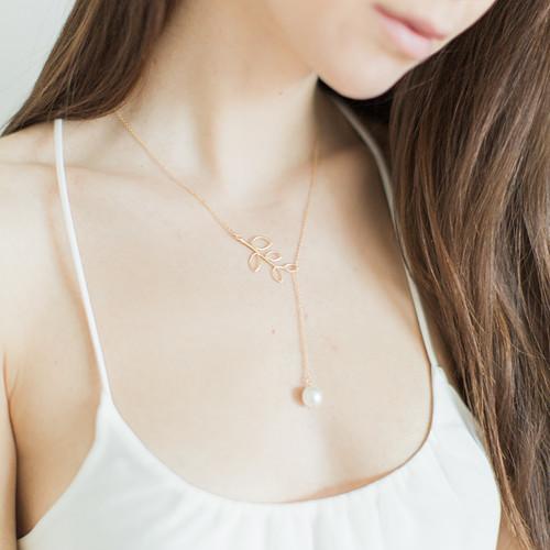 Náhrdelník se zlatou větvičkou a perlou
