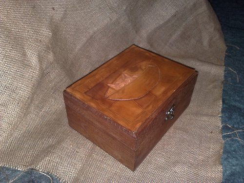 Dřevěná krabička s kočičkou tepanou v kůži
