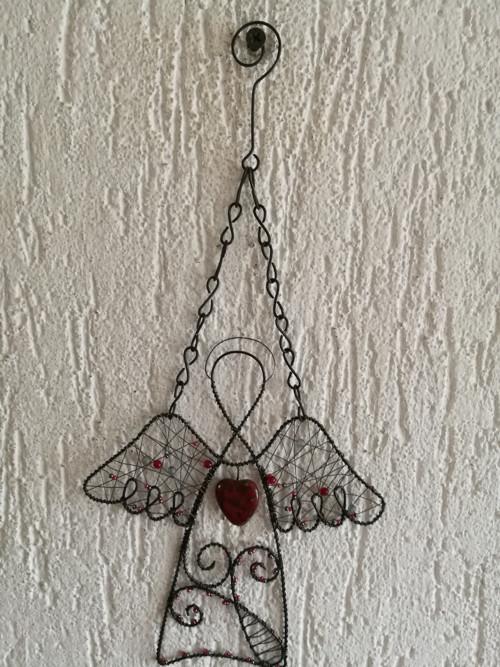 Základní anděl s červeným srdcem barvy travertin