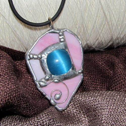 Náhrdelník - světle modrý selenit v růžovém skle