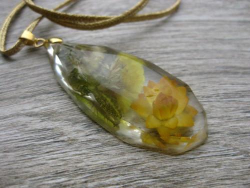 Živicová slza veľká s kvietkami - náhrdelník