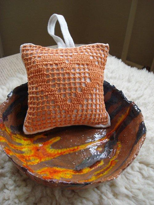 Dekorační polštářek s háčkovaným srdíčkem