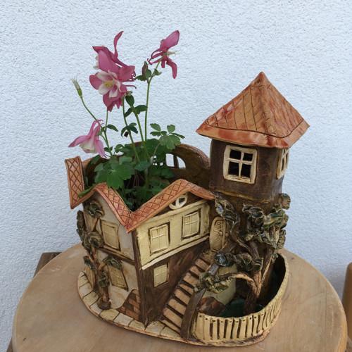 Domeček s věží č. p. 181 - keramický květináč