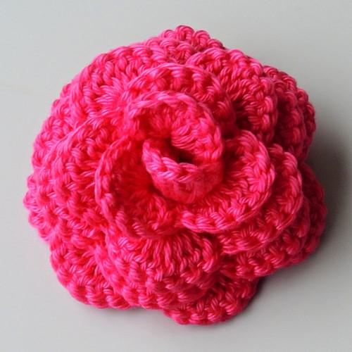 Háčkovaná velká brož - růže tmavě růžová