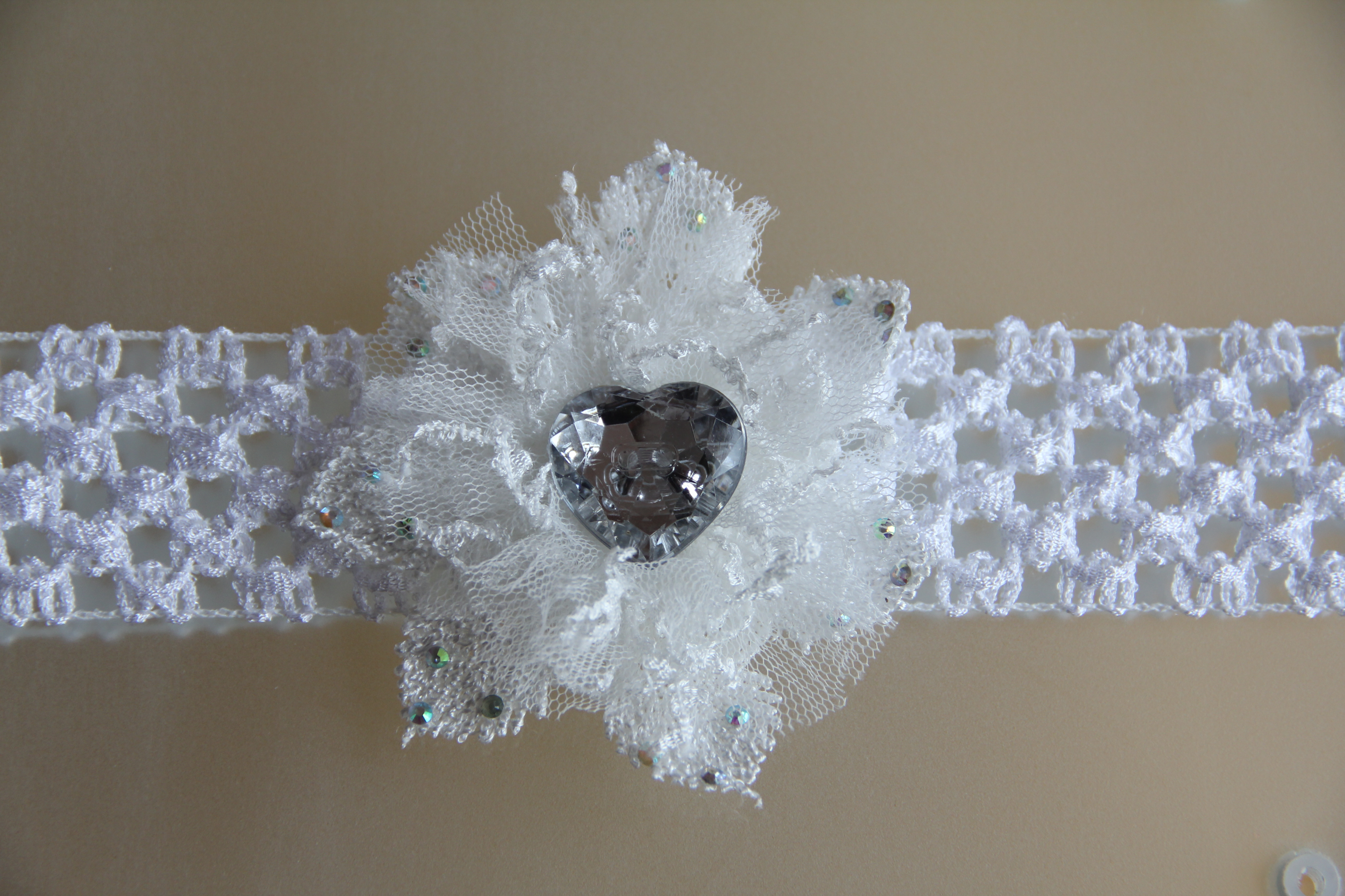 Bílá pružná čelenka s krajkovým květem   Zboží prodejce krásná ... 7753b5ba6d