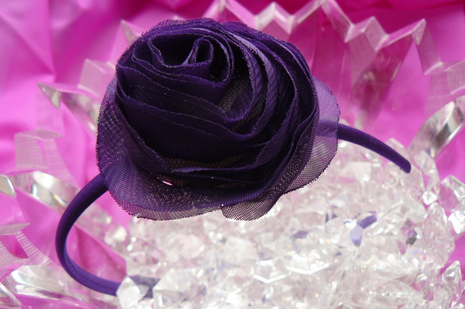 490458f2b38 Čelenka potažená saténem s textilní růží.   Zboží prodejce AAAmoda ...