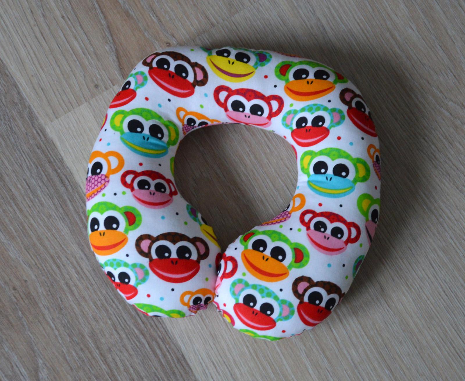 269c04ba543 Cestovní polštářek barevné opičky   Zboží prodejce Torsolo