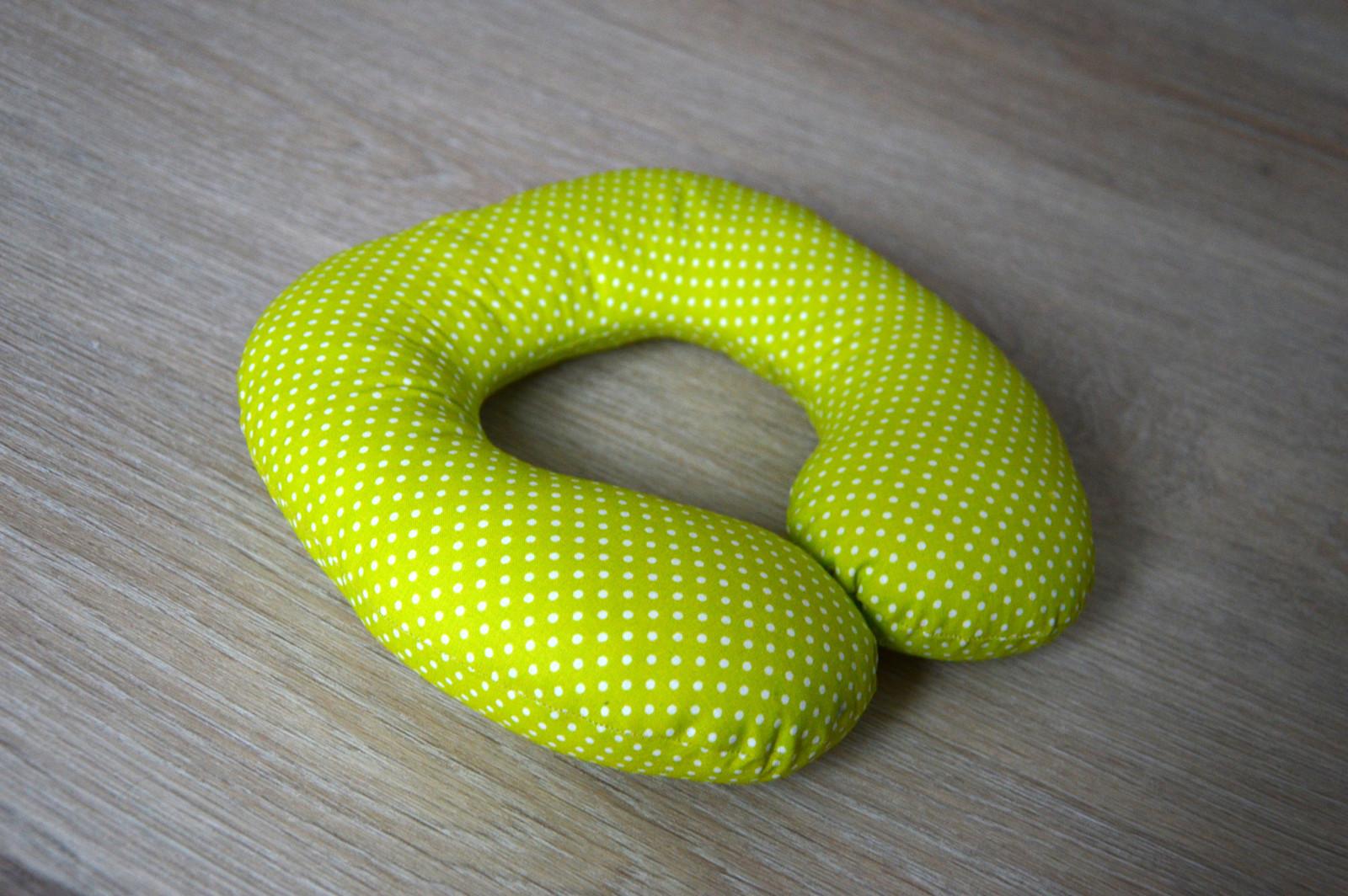 ab0e96fba6d Cestovní polštářek barevné drobný puntík na zelené   Zboží prodejce ...