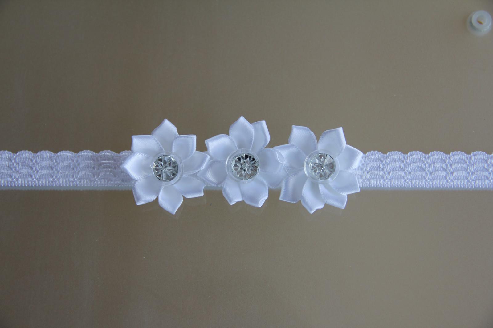 Bílá pružná čelenka s kvítky II.   Zboží prodejce krásná čelenka ... b233c705ba
