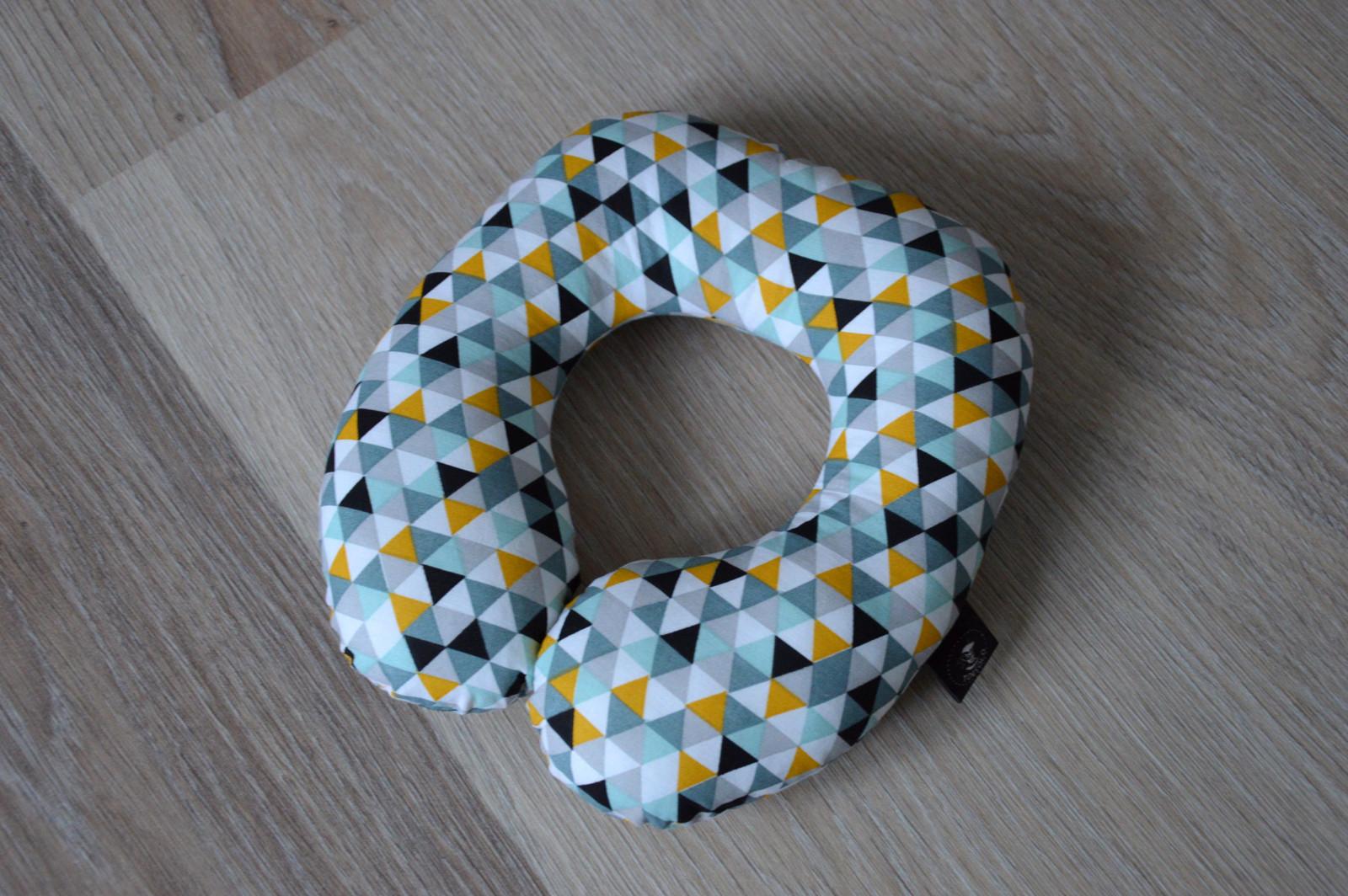 8250b3b216b Cestovní polštářek barevné žlutý triangl MINI   Zboží prodejce ...
