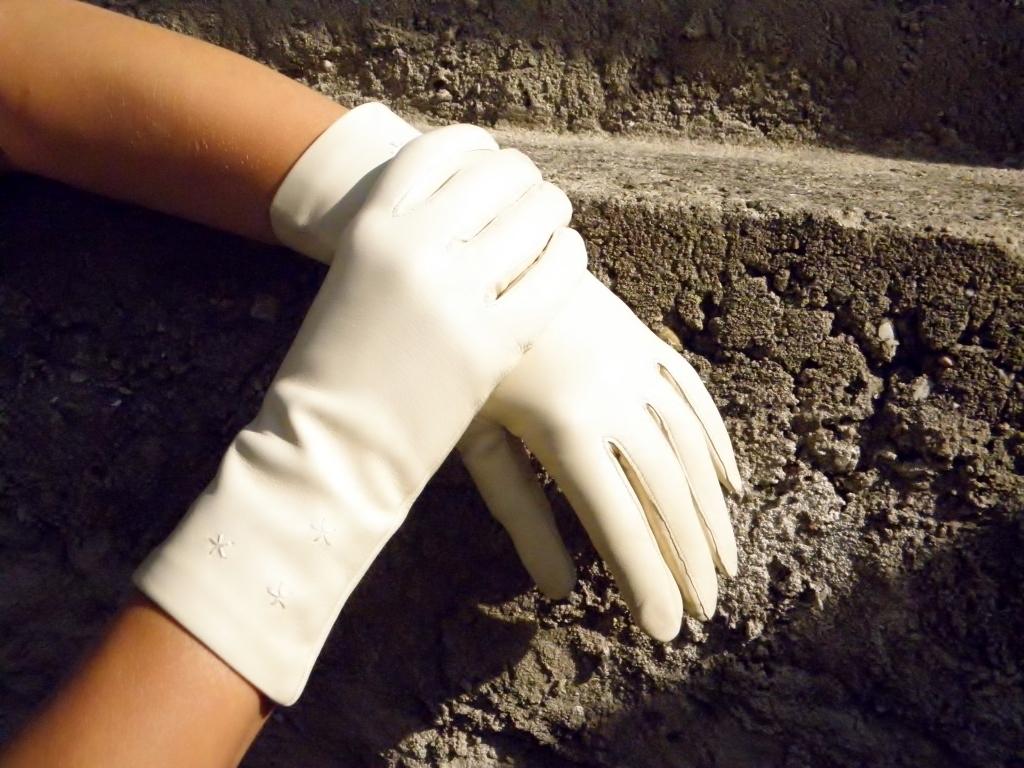 Krémově bílé kožené rukavice s hedvábnou podšívkou   Zboží prodejce ... 73a30d2c45