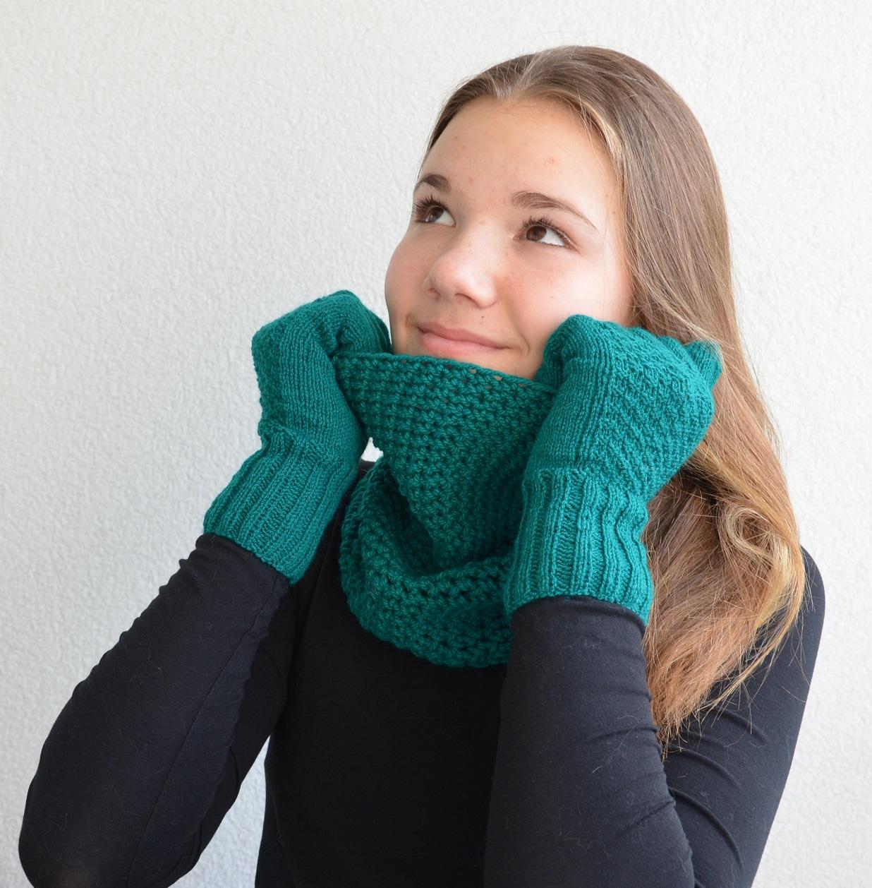 2c3e9aef350 Smaragdový set - nákrčník a rukavičky   Zboží prodejce BAREVNÉ ...