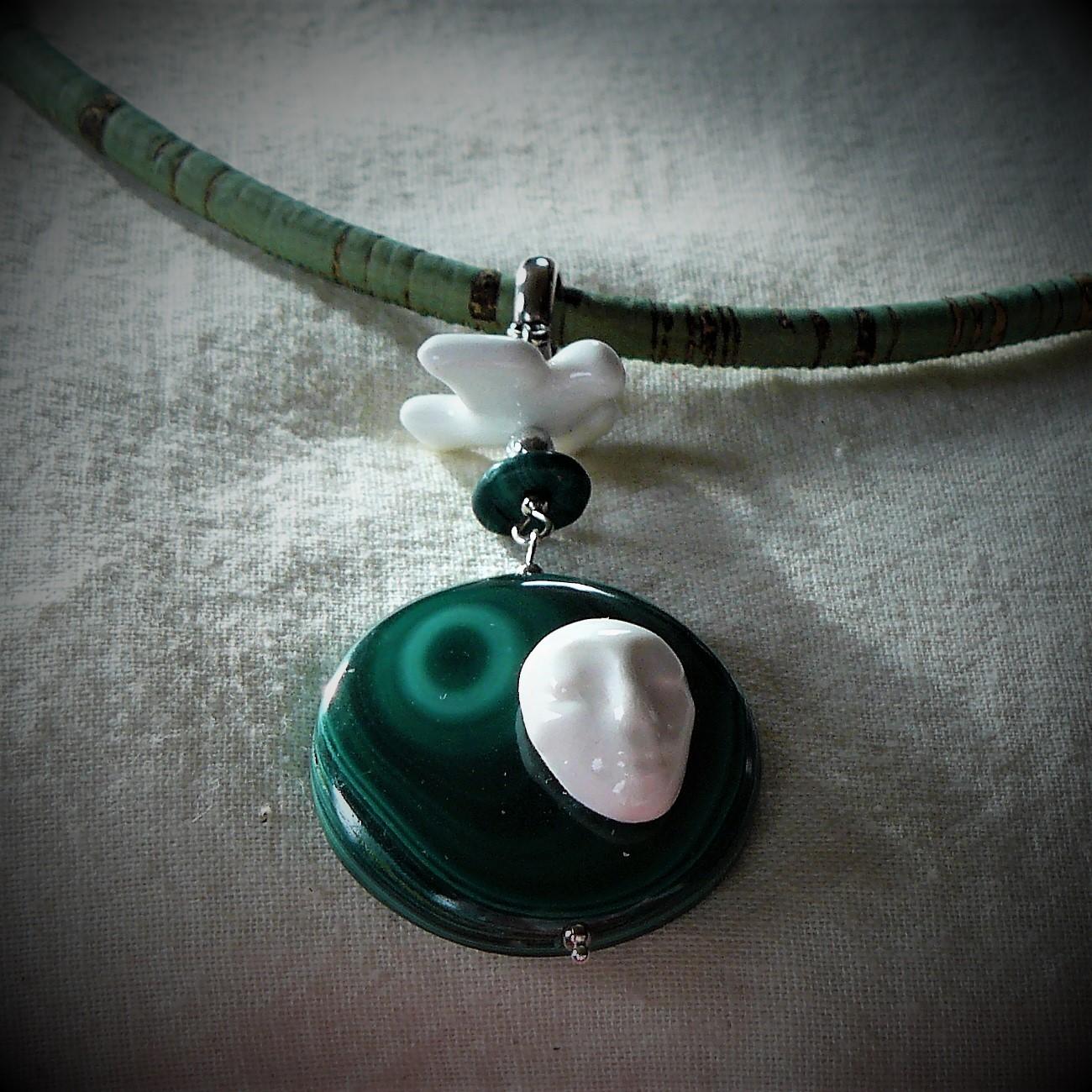 614f046c0 Originální sada náhrdelníku a náušnic. Kovové komponenty jsou z obecního  kovu v stříbrné barvě. Místo řetízku je použit lehký zelený kulatý řemínek  o ...