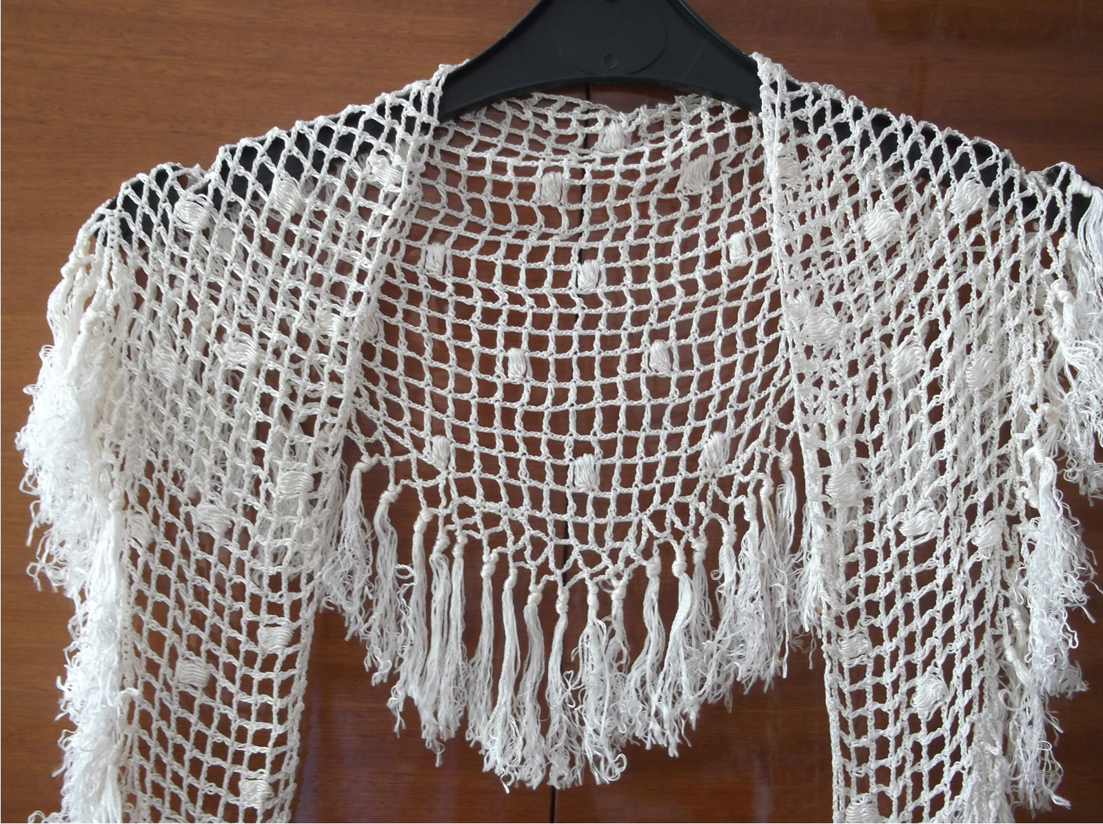 322bb090f43 Lesklý háčkovaný šátek na krk s třásněmi.   Zboží prodejce tvorive ...