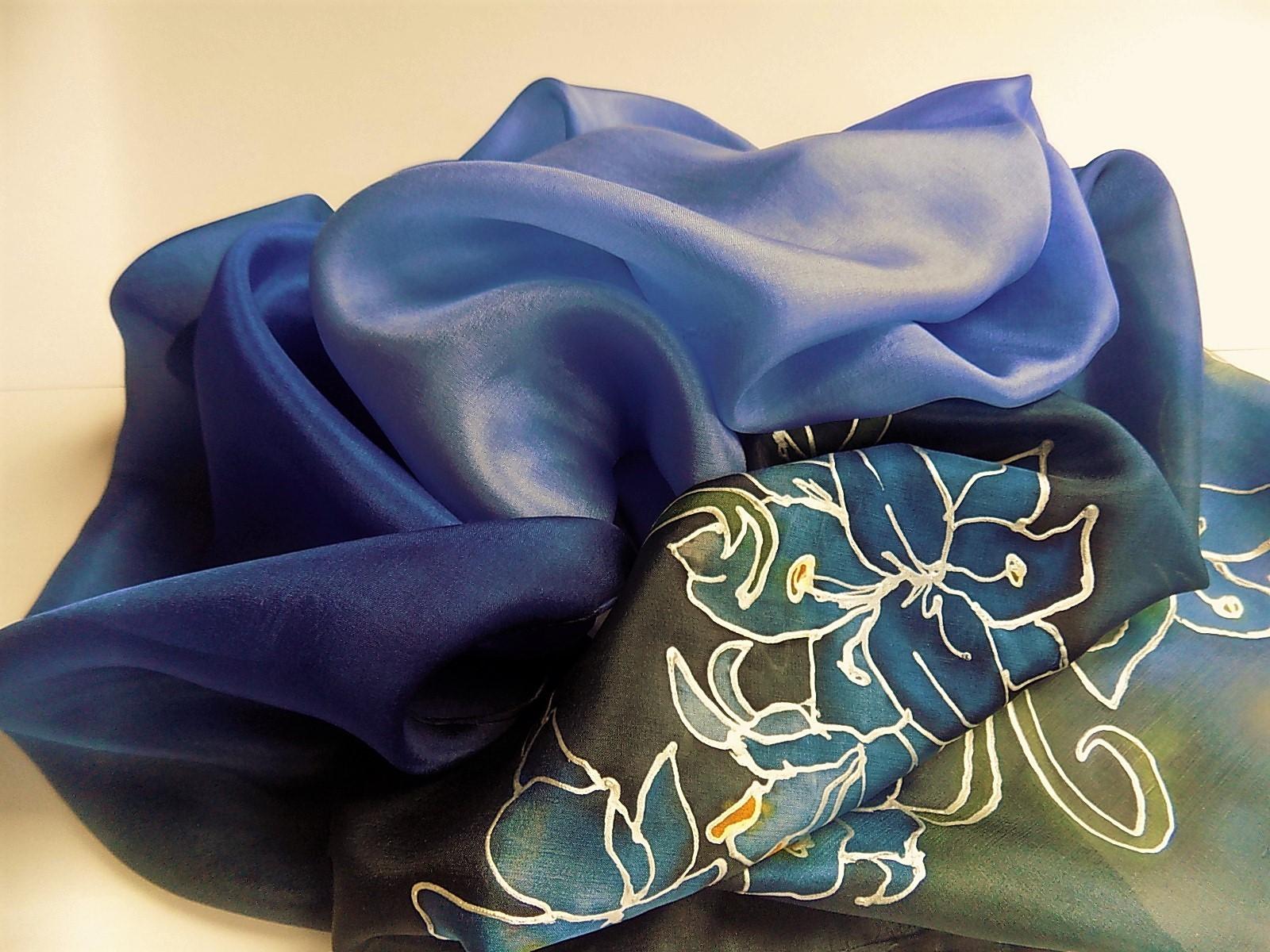 1c050a1a9f1 Hedvábný šál - Modrý s liliemi   Zboží prodejce Hedvábí-svíčky